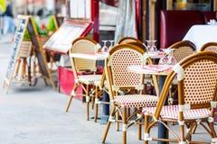 Esvazie a tabela exterior do restaurante em Paris, França fotografia de stock