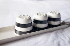 Esvazie três copos cerâmicos preto e branco Fotos de Stock