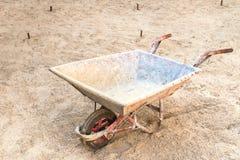 Esvazie um carro da construção da roda preparado na construção b Fotos de Stock Royalty Free