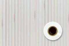 Esvazie a vista superior da tabela de madeira e do café preto em cerâmico branco Fotos de Stock
