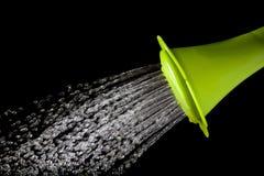 Esverdeie a água de derramamento da lata molhando com o isolado de alta velocidade do obturador Imagens de Stock