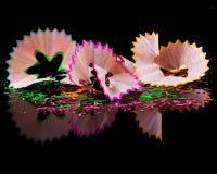 Esverdeie aparas cor-de-rosa e amarelos do lápis Fotografia de Stock Royalty Free