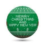 Esverdeie a bola feita malha do Natal isolada no fundo branco com ornamento e inscrição nórdicos: Feliz Natal e ano novo feliz Imagem de Stock