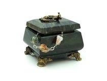Esverdeie a caixa pequena e a colar da rocha Fotografia de Stock Royalty Free