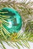 Esverdeie a esfera do Natal Imagem de Stock Royalty Free