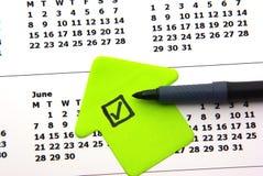 Esverdeie a lista de verificação no calendário Imagem de Stock