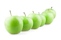 Esverdeie maçãs na fileira Imagem de Stock