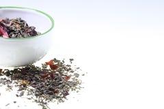 Esverdeie o chá aromatizado em um copo em um fundo branco Fotografia de Stock Royalty Free