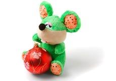 Esverdeie o rato do brinquedo com a esfera vermelha do Natal Imagens de Stock