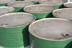 Esverdeie tambores de petróleo fotos de stock royalty free