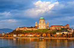 Esztergom basilika på Danube River, Ungern Royaltyfri Bild
