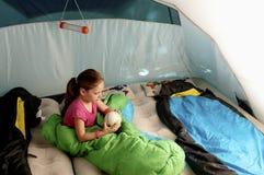 Età elementare della piccola ragazza caucasica nel ter di sorveglianza della tenda Fotografie Stock