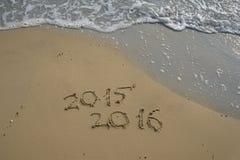 2015 et 2016 ans sur la plage de sable Images stock