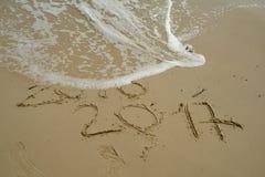 2016 et 2017 ans sur la plage de sable Image stock