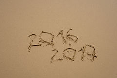 2016 et 2017 ans sur la plage de sable Photos libres de droits