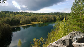 et x22 ; Bright& x22 ; lac en parc Ruskeala en Russie Photo libre de droits