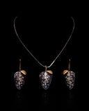 Or et collier de diamants avec des boucles d'oreille Photographie stock libre de droits