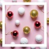 Or et décoration blanche de boule de scintillement avec la babiole rouge de Noël sur le fond rose photos stock