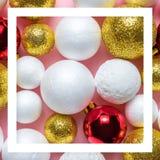 Or et décoration blanche de boule de scintillement avec la babiole rouge de Noël sur le fond rose image libre de droits