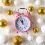 Or et décorations blanches de boule de scintillement avec le réveil dans la neige Fond de vacances de Noël ou de nouvelle année image libre de droits