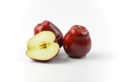 2 et demi pommes rouges Photographie stock libre de droits