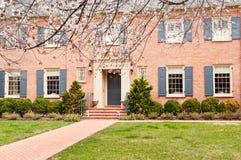 ET het huis van de Familie en voorgazon in de lente Royalty-vrije Stock Afbeeldingen
