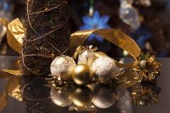 Or de bodegon de boules de Noël Photographie stock libre de droits