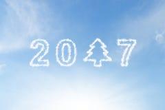 2017 et nuage d'arbre de Noël sur le ciel Photographie stock