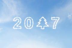 2017 et nuage d'arbre de Noël sur le ciel Photo libre de droits