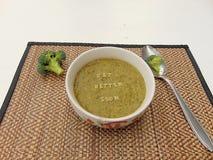 et x22 ; Obtenez un meilleur soon& x22 ; écrit en potage aux légumes avec la cuillère photos stock