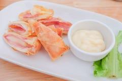 et x22 ; Petit pain de ressort cuit à la friteuse avec du fromage de jambon et x22 ; servez sur le plat avec de la sauce à salade photographie stock libre de droits