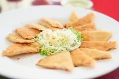 et x22 ; Petit pain de ressort cuit à la friteuse et x22 ; servez sur le plat avec le légume de salade, Thaïlande photographie stock