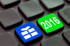 2016 et une icône de cadeau écrite sur un ordinateur Image libre de droits