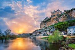 et wioska z średniowieczną górską chatą Beynac na dramacie obrazy stock