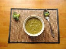 et x22 ; Obtenez un meilleur soon& x22 ; écrit en potage aux légumes avec la cuillère Photo libre de droits
