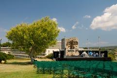 Etapa al aire libre del concierto. Árbol en la dimensión de una variable del árbol Fotos de archivo