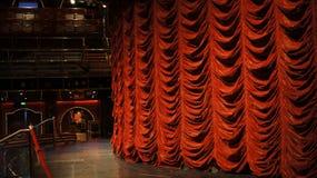 Etapa con discurso de la comedia de la música de fondo del funcionamiento de la cortina Imagenes de archivo
