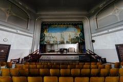 Etapa con la cortina del piano de cola y del amianto - teatro abandonado Foto de archivo libre de regalías