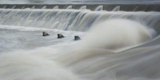 Etapa da água do rio com água de fluxo Fotos de Stock