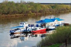 Etapa de aterrizaje flotante con los barcos en el río Oka en Nizhny Novgorod Fotografía de archivo libre de regalías