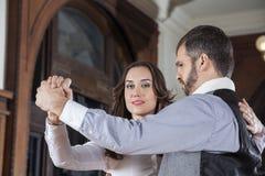 Etapa de Performing Gentle Embrace do dançarino do tango com homem foto de stock royalty free