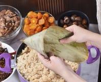 Etapa de procedimento de fazer a receita da bolinha de massa do zongzi ou do arroz em Dragon Boat Festival fotos de stock royalty free