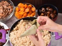 Etapa de procedimento de fazer a receita da bolinha de massa do zongzi ou do arroz em Dragon Boat Festival fotografia de stock