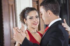Etapa de sorriso de Performing Gentle Embrace do dançarino do tango com homem fotografia de stock royalty free