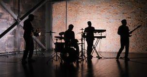 Etapa del concierto de la música rock Demostración musical de la roca Concierto de la banda de la música rock Grupo de rock del c metrajes