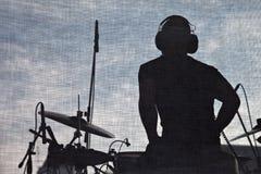 Etapa del concierto de la música y silueta del músico imagen de archivo libre de regalías