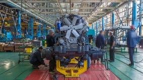 Etapa del montaje del transportador el cuerpo del tractor en el timelapse de la fábrica almacen de metraje de vídeo