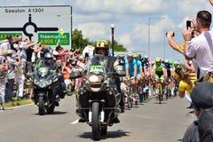 Etapa 3 del Tour de France 2014 (Cambridge a Londres) con la señal de tráfico inglesa Fotos de archivo