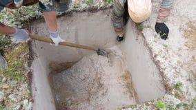 Etapa del trabajo arqueológico - limpieza fina de la pared de la excavación almacen de metraje de vídeo