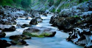etapa do rio dos cuidados através do parque natural de Picos de Europa spain fotografia de stock